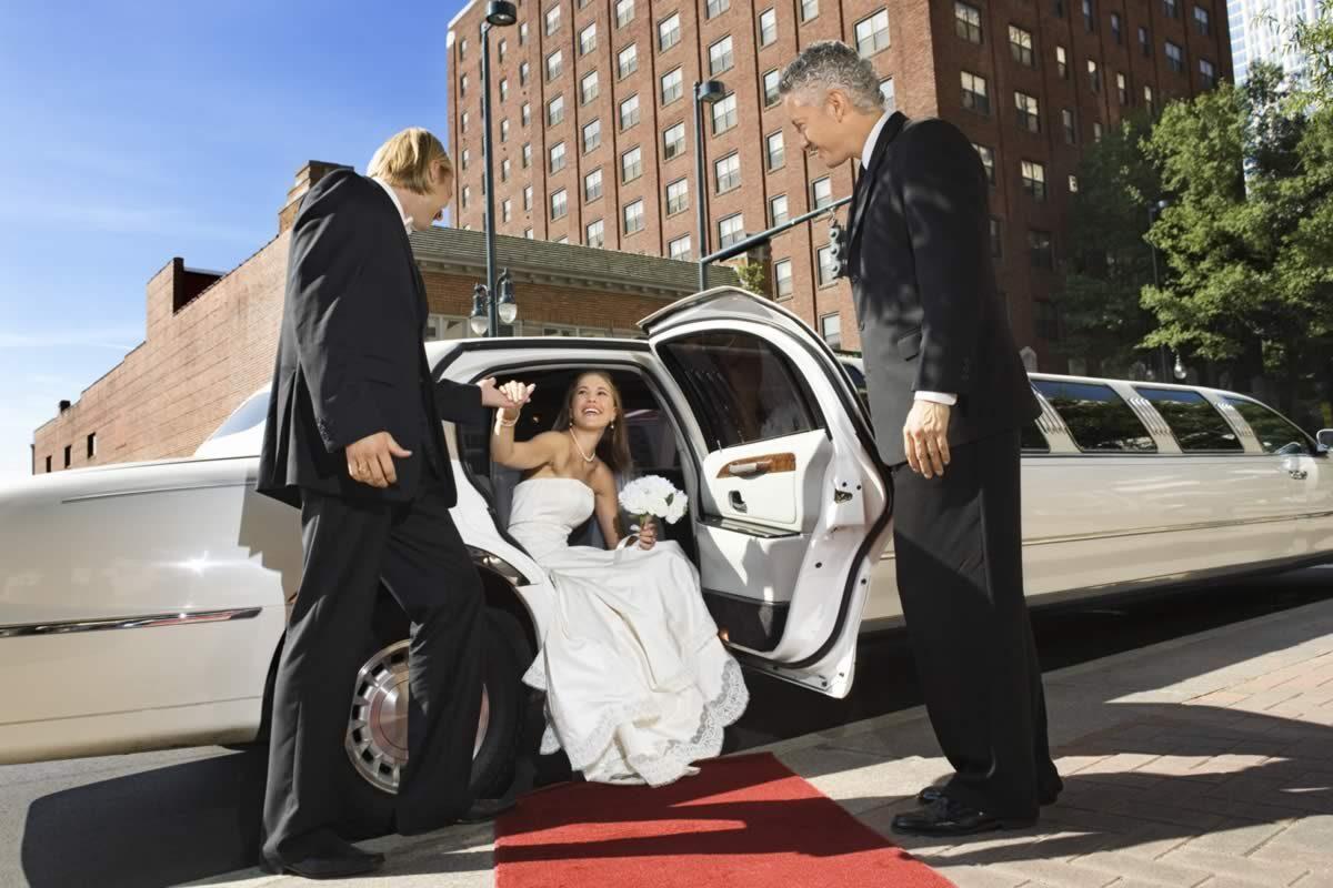 lincoln-limo-bride-red-carpet