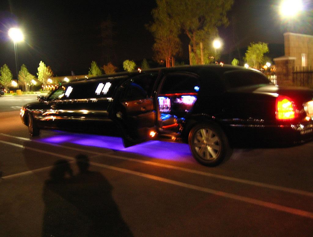 Exterior-Lincoln-Town-Car-Black-gal6