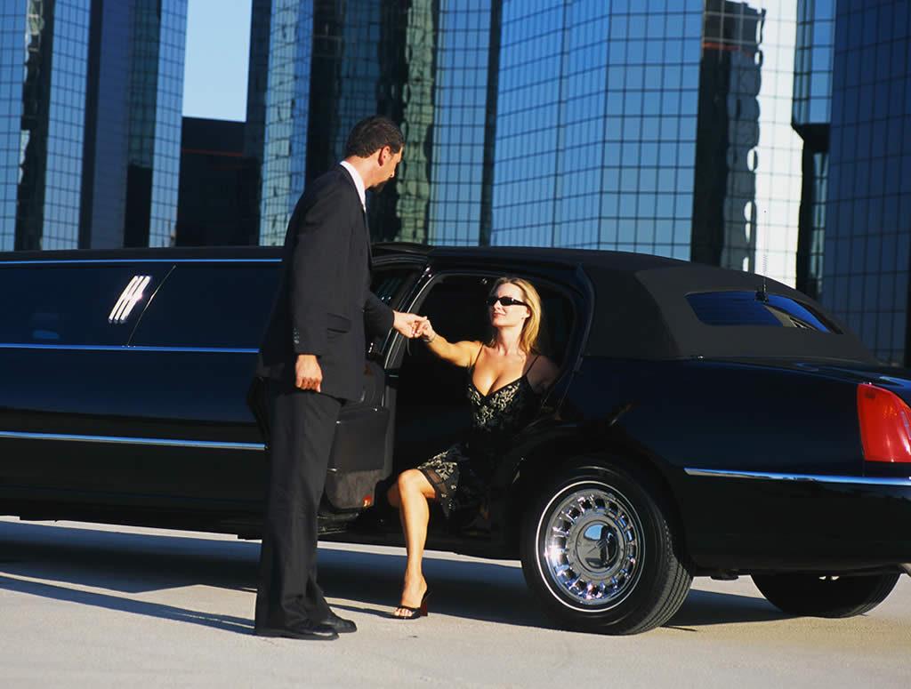 Exterior-Lincoln-Town-Car-Black-gal3
